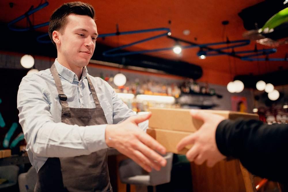 Proveedores de alimentos para restaurantes entregando mercancía